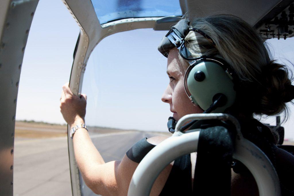 dame i helikopter