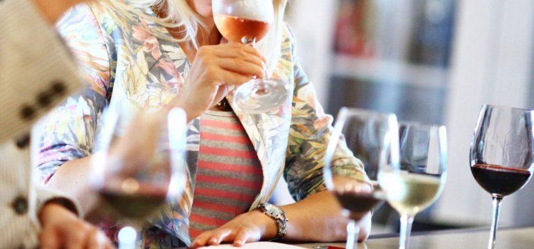 Dame som smaker på vin.