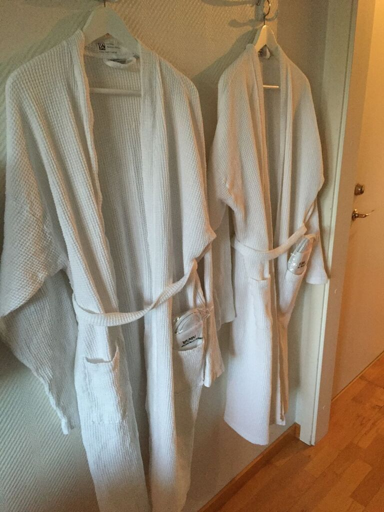 To badekåper på en knagg.