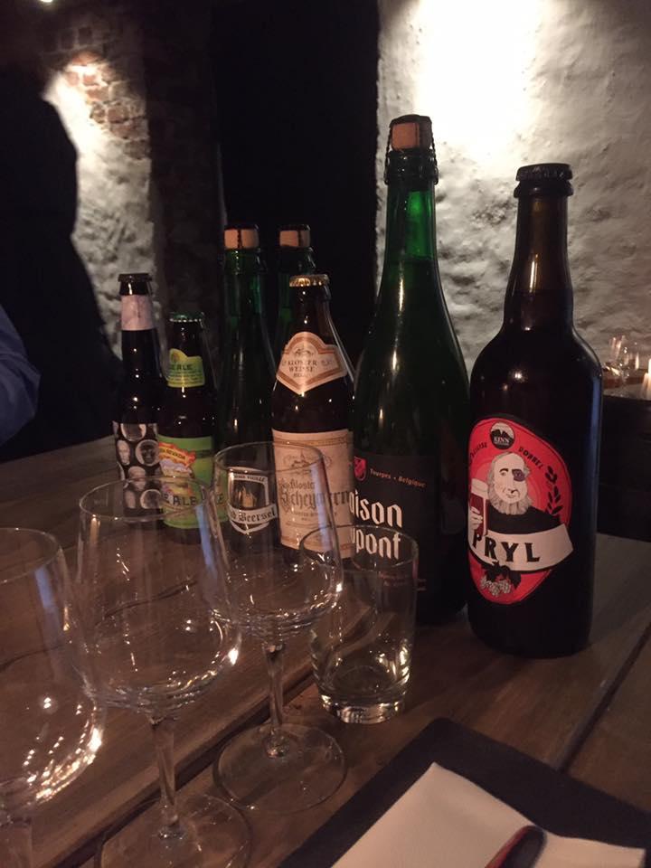 Utvalg av flaskeøl på ost- og ølsmaking i Oslo