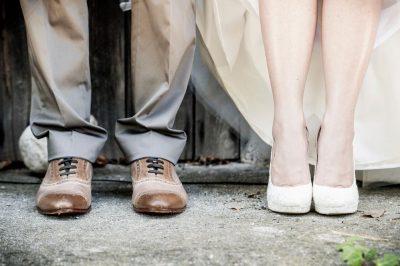 Brudepar på kirketrappen, fra knærne og ned. Våre beste tips til bryllupsgave vil få brudeparet til å danse av glede.