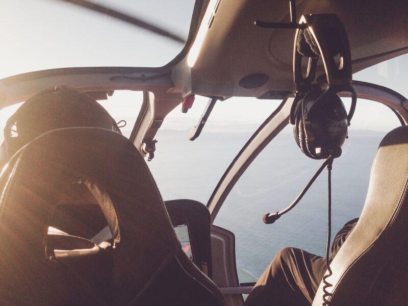 Dame som flyr en helikopter. Dette er en spennende bursdagsgave til han som ikke er redd for høyder.