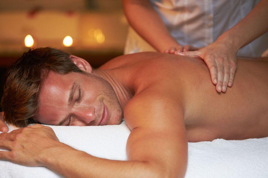 Mann får massasje. Gi bort et gavekort på spa i Oslo.