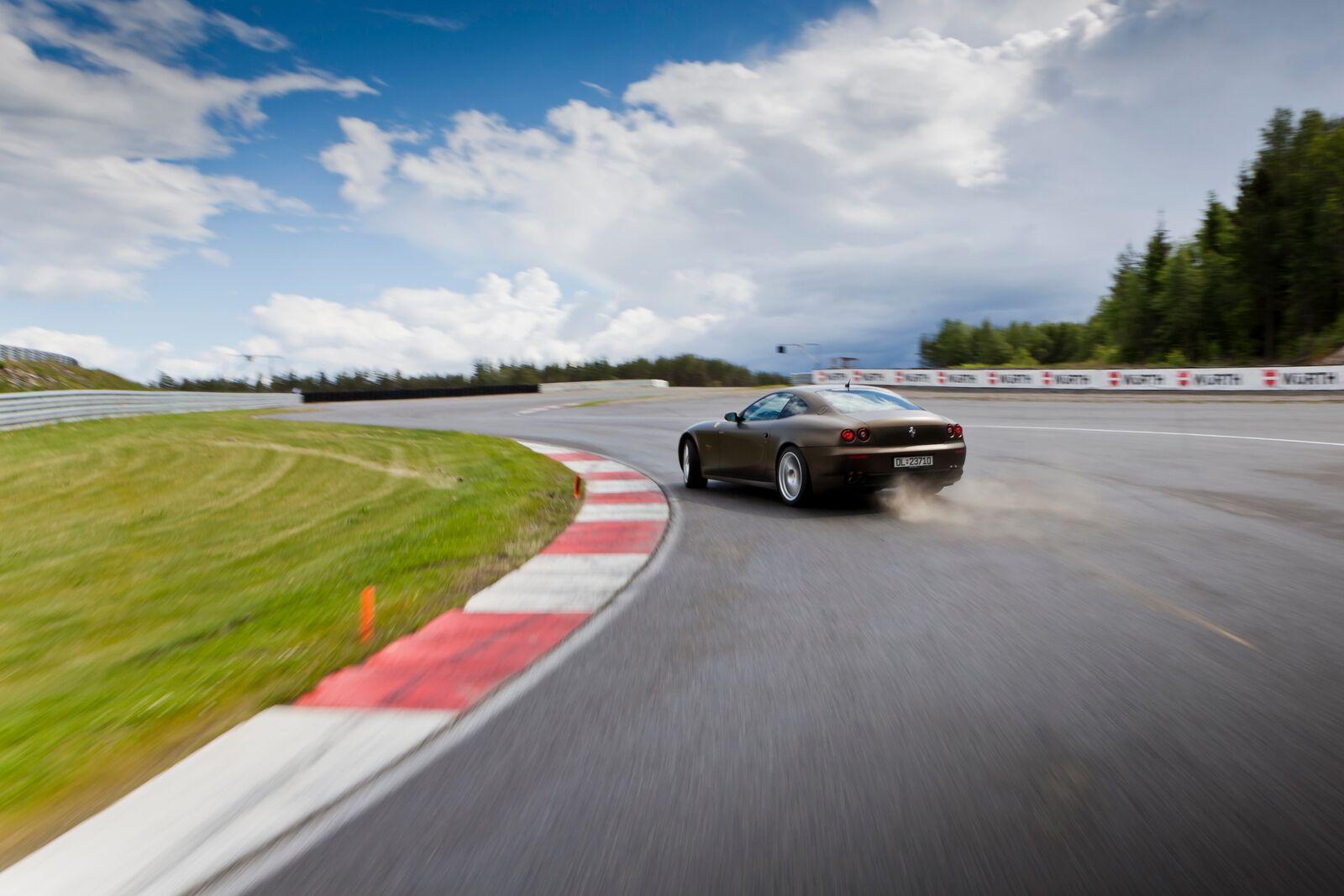 Supersportsbil som skrenser i en sving på bane. Dette er en opplevelse som passer perfekt som bursdagsgave til han som elsker adrenalin.