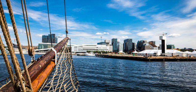 Utsikt over Oslo fra båt. Man skimter bar code i det fjerne. gavetips til den som har alt under 300 kroner finner du her.