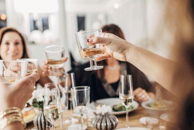 Venner som skåler i vin. Opplevelser kan være en perfekt gave.