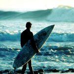 Surfer som ser utover havet. En perfekt gave under 500 kroner til en som vil prøve noe nytt