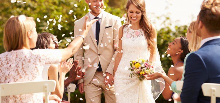 Lykkelig par etter giftemål blir kastet konfetti på av gjestene. Morgengave til han og henne etter en vellykket bryllupsnatt finner du her.
