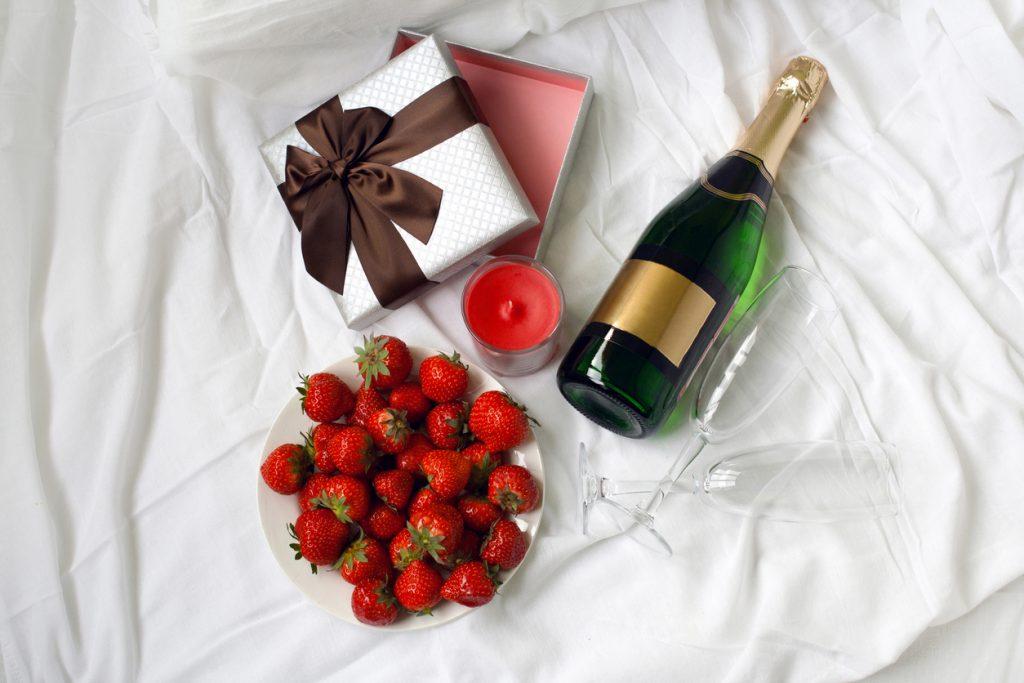 Champagne, gaveeske og jordbær på sengen. Perfekt morgengave til han og henne finner du her.
