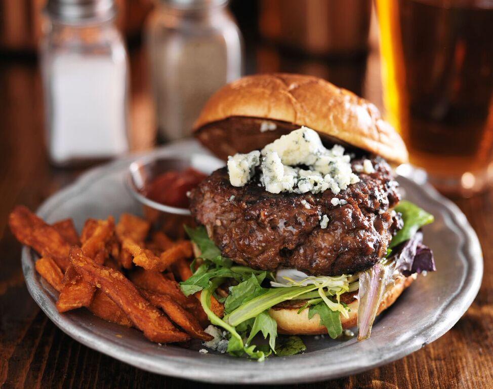 En delikat hamburger på en tallerken. Burger for to er en perfekt gave til han som har alt.