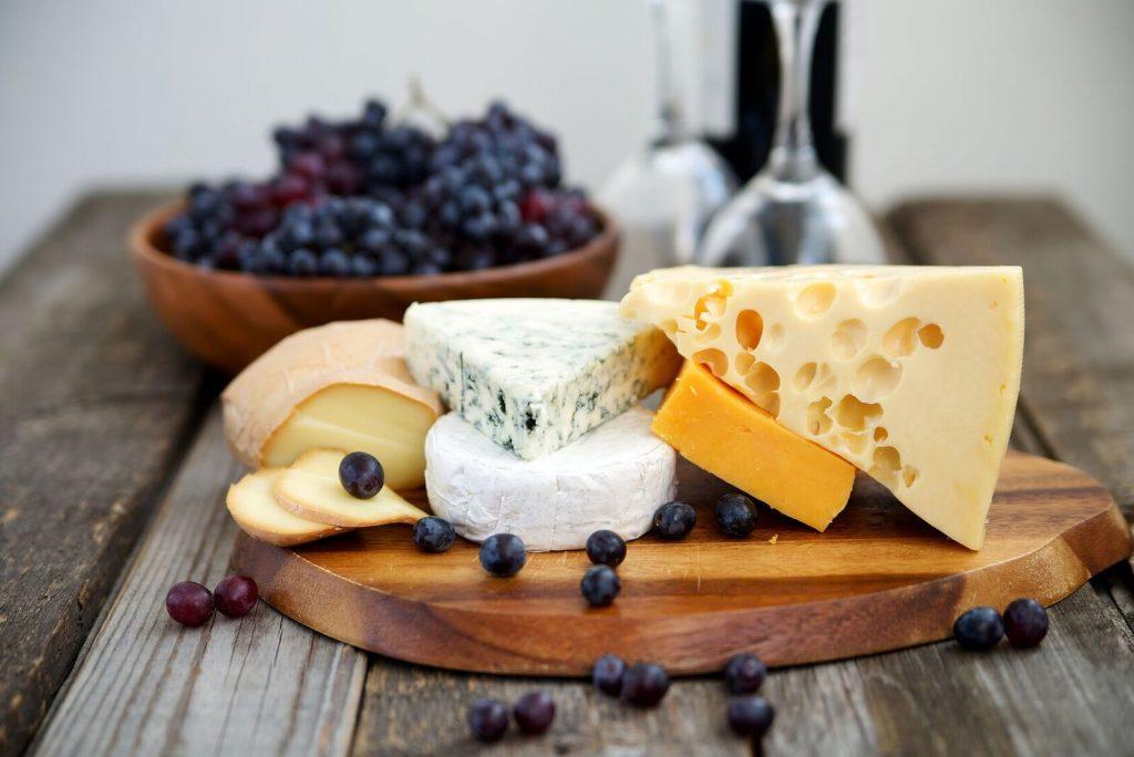 Vin, druer og ost på et delikat fat. En ost- og vinkveld er et av våre beste tips til bryllupsgave, til en rimelig pris.