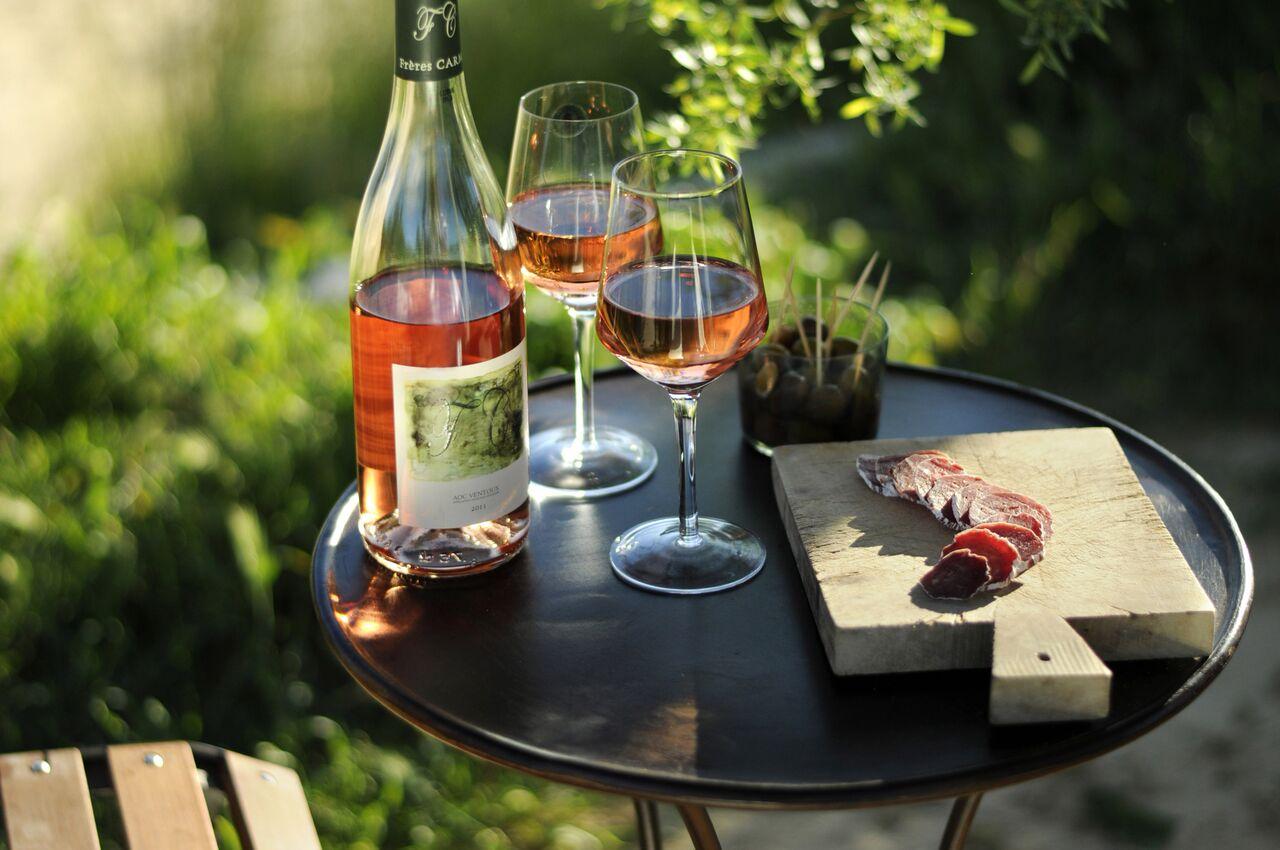 Vin og tapas i hagen. En perfekt gave til brudeparet 2017.