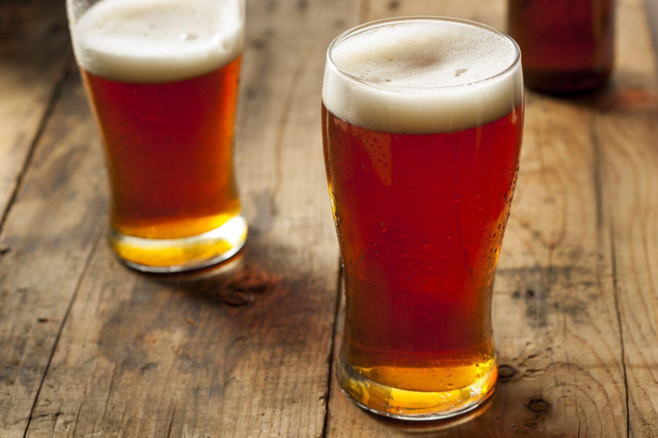 IPA øl på et bord. IPA-smaking er en perfekt gave til mannen som har alt.