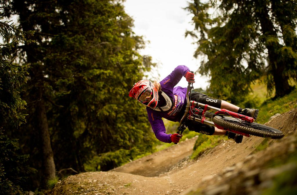 En tøff syklist som kjører downhill i skogen. En perfekt gave til han som har alt.