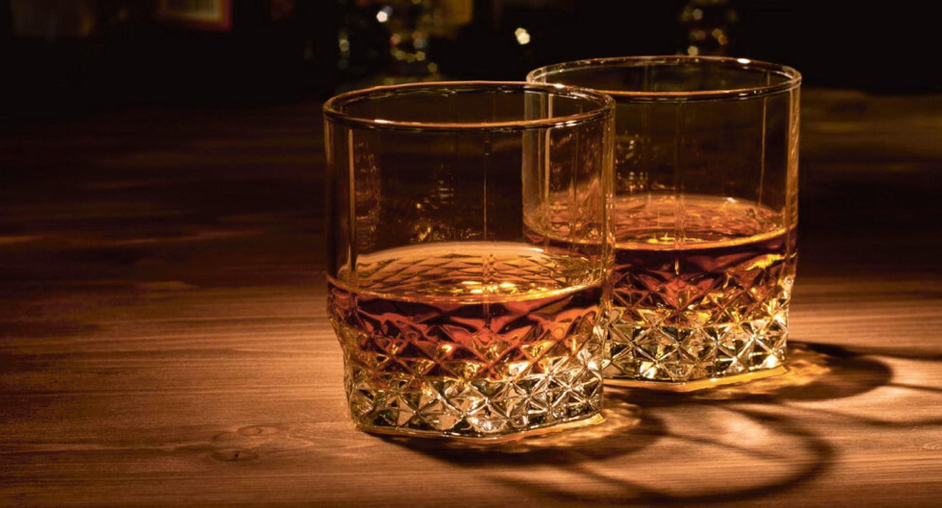 To glass whisky på et bord. En kul gave til mannen som har alt.