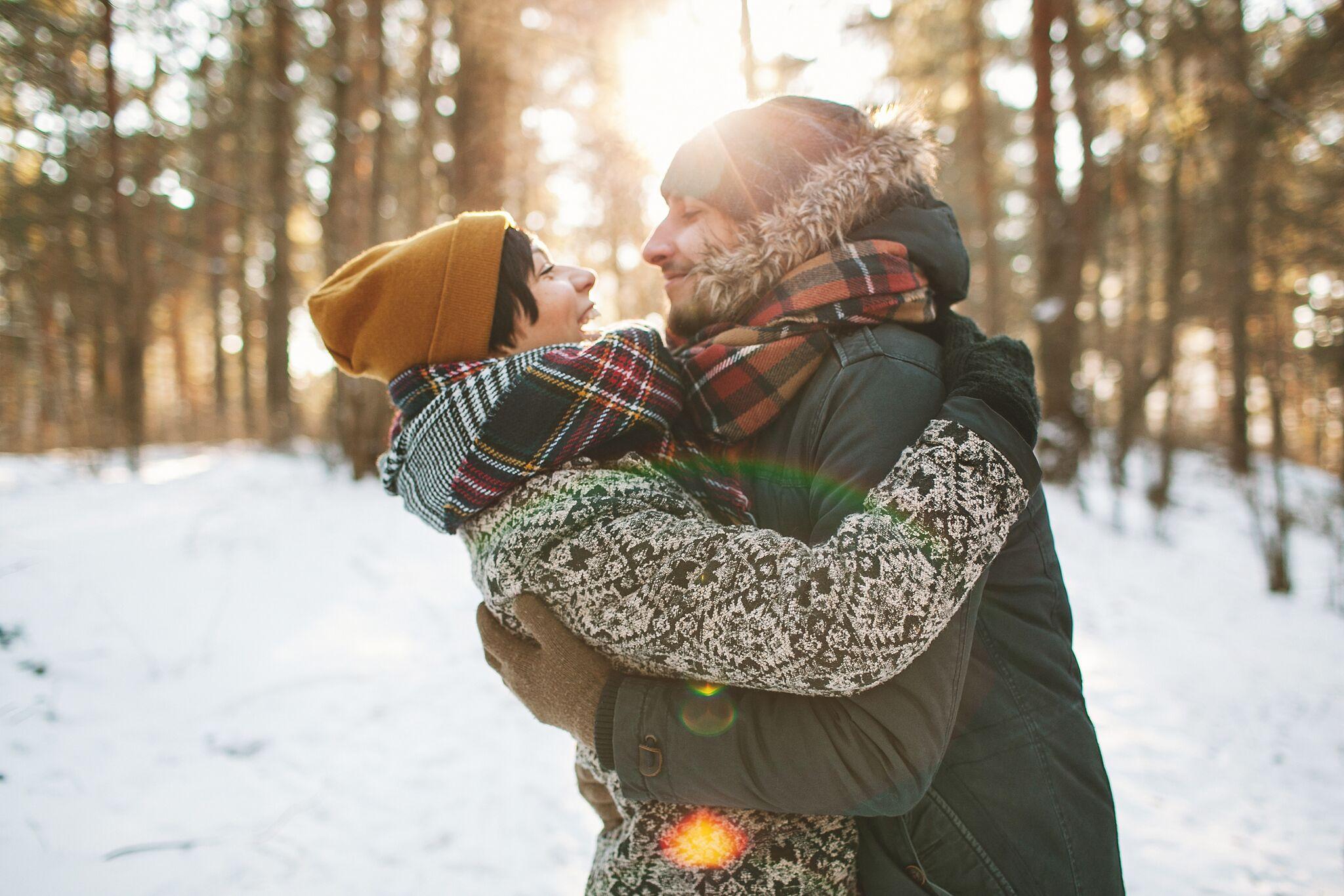 Par som omfavner hverandre i vinterlandskap. julegave til kjæresten 2017