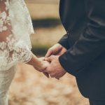 Brudepar som holder hender. Her får du tips så du kan gi en kreativ bryllupsgave til de nygifte.