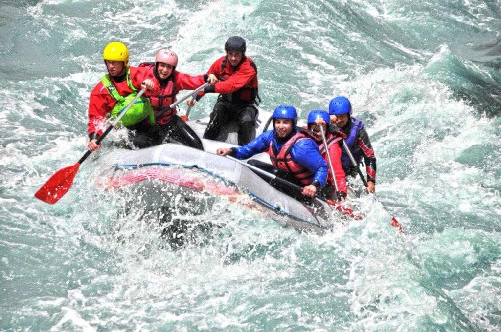 Gruppe på rafting i en elv. Opplevelser gjør deg lykkelig.