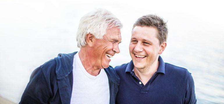Smilende pappa og sønn. Perfekt farsdagsgave 2017.