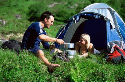 Par på telttur. En romantisk helg i Norge trenger ikke koste mye.