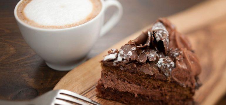 Kaffe og kake på et fat. En perfekt morsdagsgave 2018.