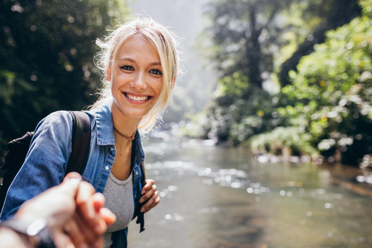 Portrett av en ung glad jente i naturen. Gi en gave til henne 2017 som gir dere minner for livet.