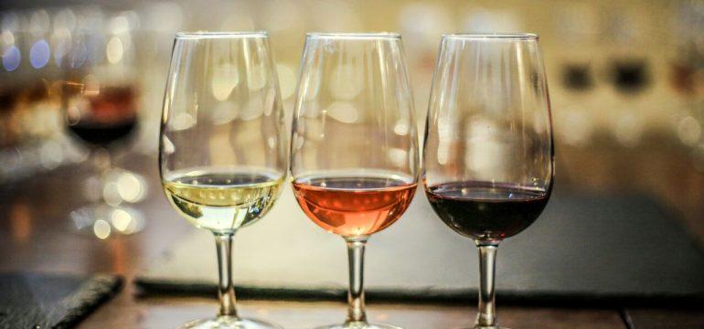 Vin i vinglass på et bord. Vinsmaking er en perfekt bursdagsgave til mamma.