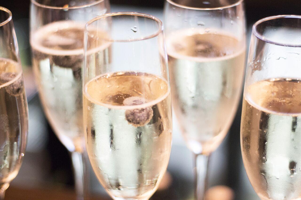 Champagneglass på et bord. Gi bort champagnesmaking i valentinesgave 2018.