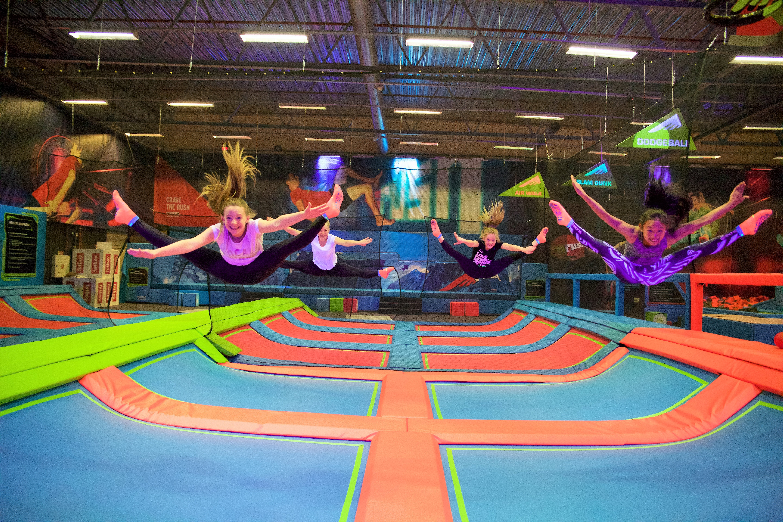 jenter som hopper på trampoline