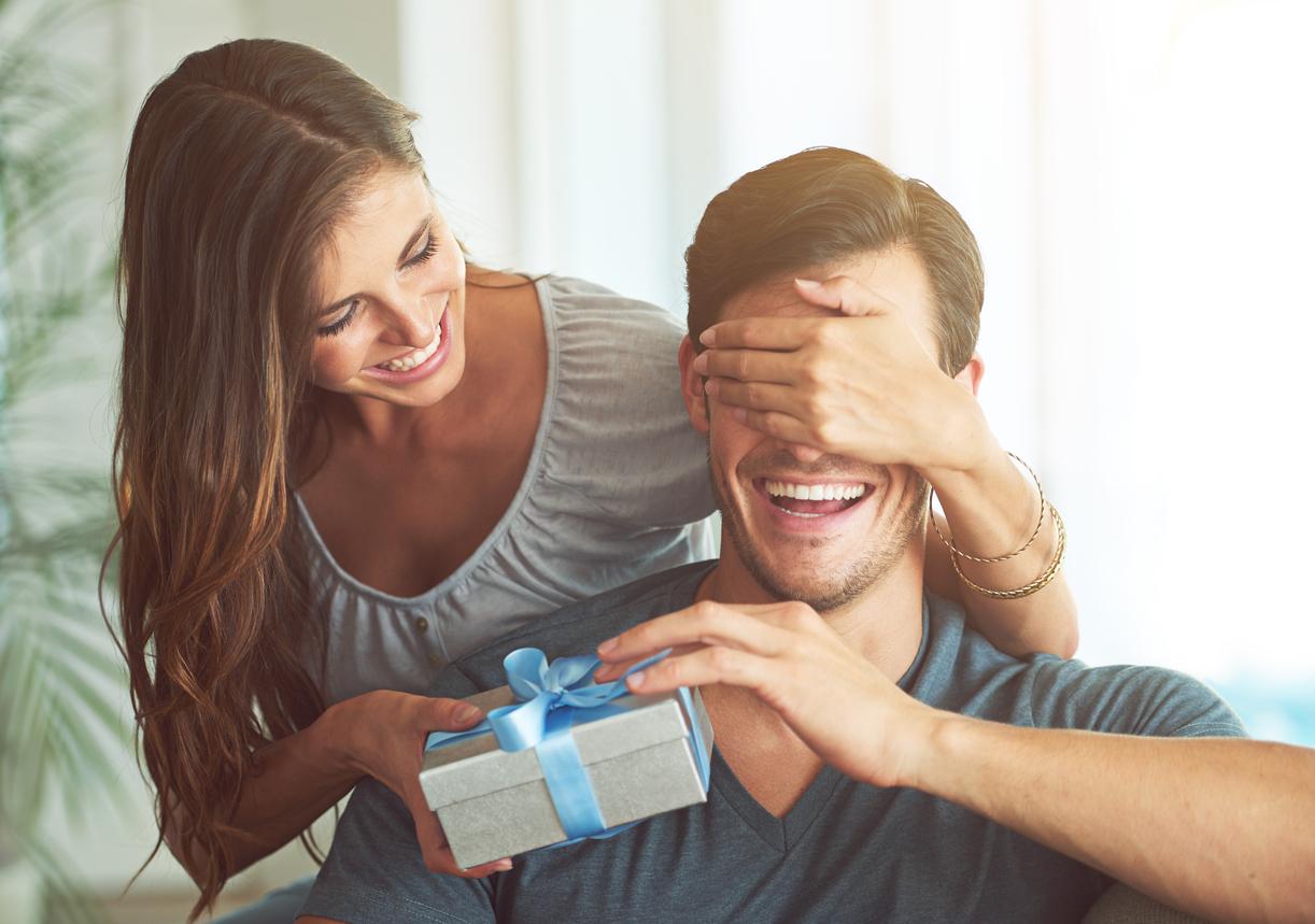 En kvinne gir gave til kjæresten sin.