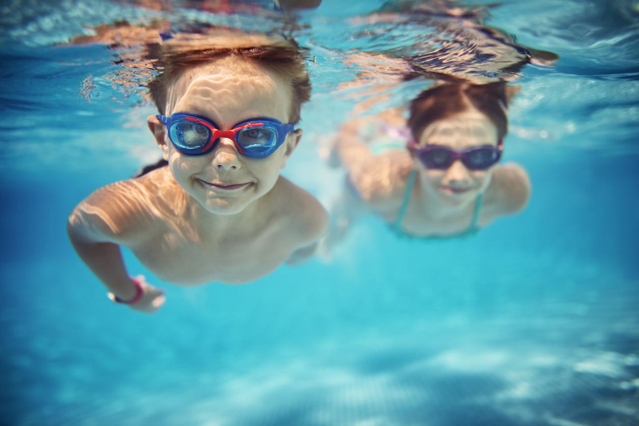 to barn som bader