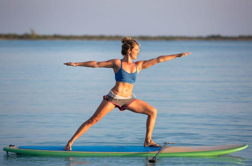 Konfirmasjonsgaver 2017. En jente som står med armene ut på et surfebrett.