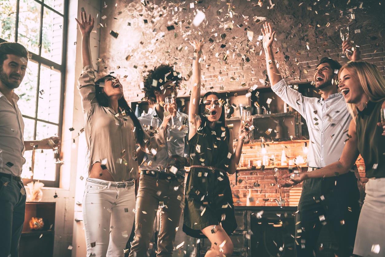 Unge mennesker på fest med konfetti. Perfekt innflytningsgave - tips til den som har alt finner du her.