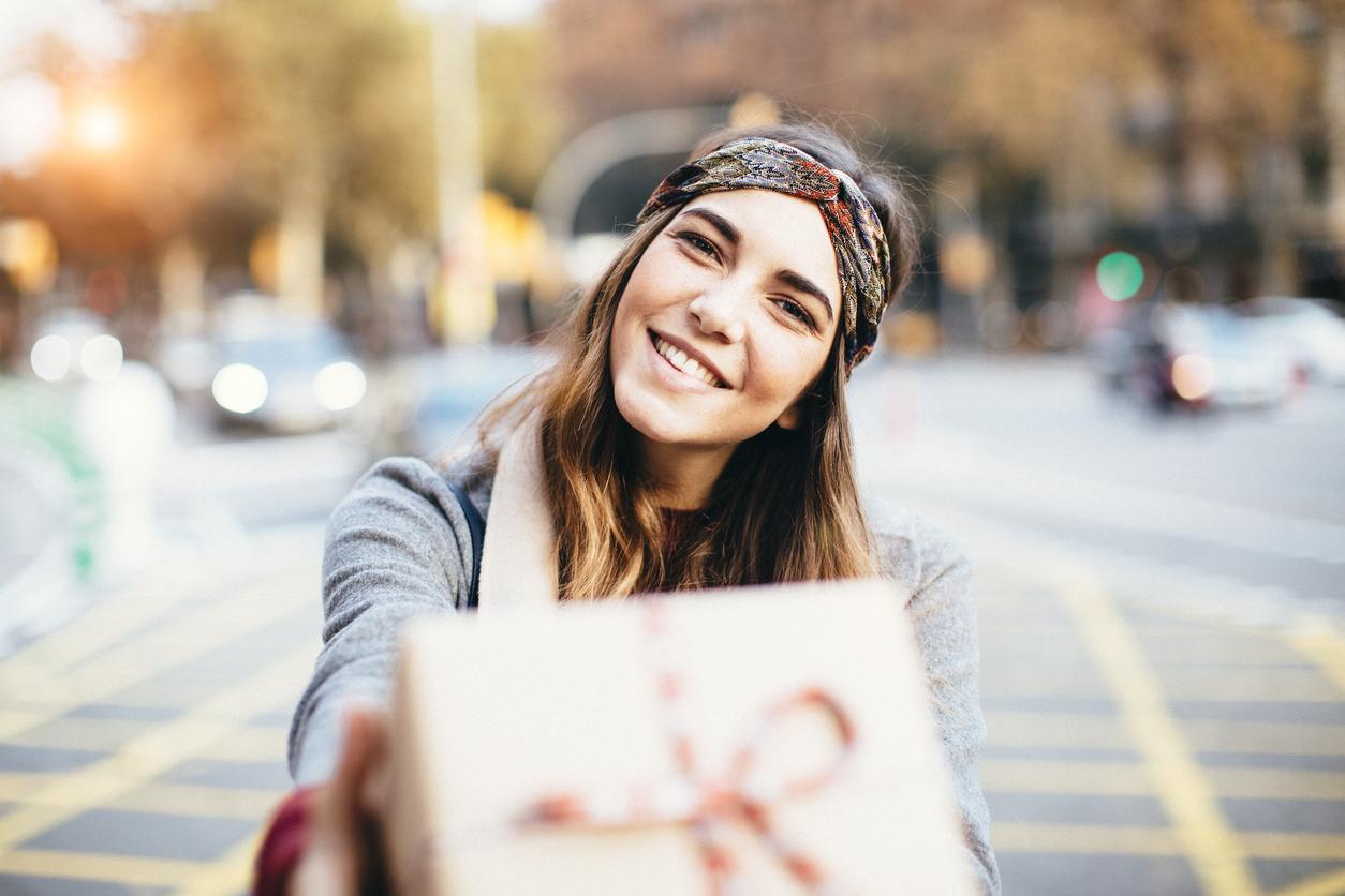 Ung jente på gaten med en presang. Vi har skreddersydde gavetips til deg. Gavetips til henne 25?