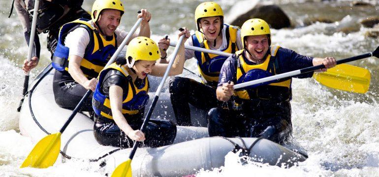 En gruppe som rafter i en elv. Konfirmajsonsgaver 2017
