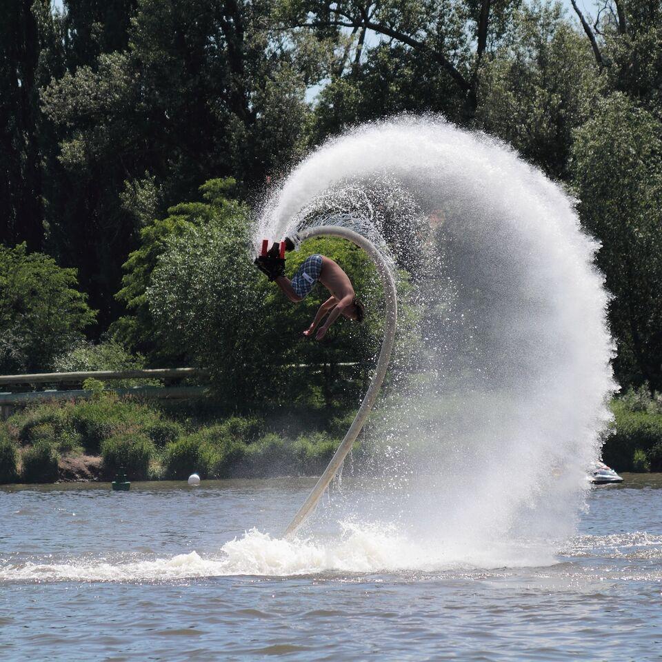 En mann som tar salto på flyboard. Kjærestur sommer 2017.