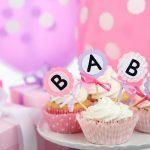 Muffins og ballonger på et bord med babybokstaver. Babshower gavetips finner du her.