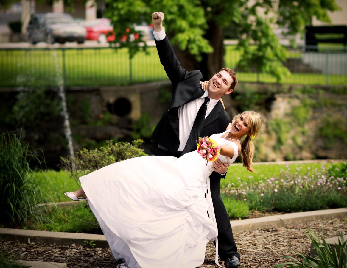 Lykkelig brudepar som poserer. Pefekt gave til brudeparet 2017 finner du her.