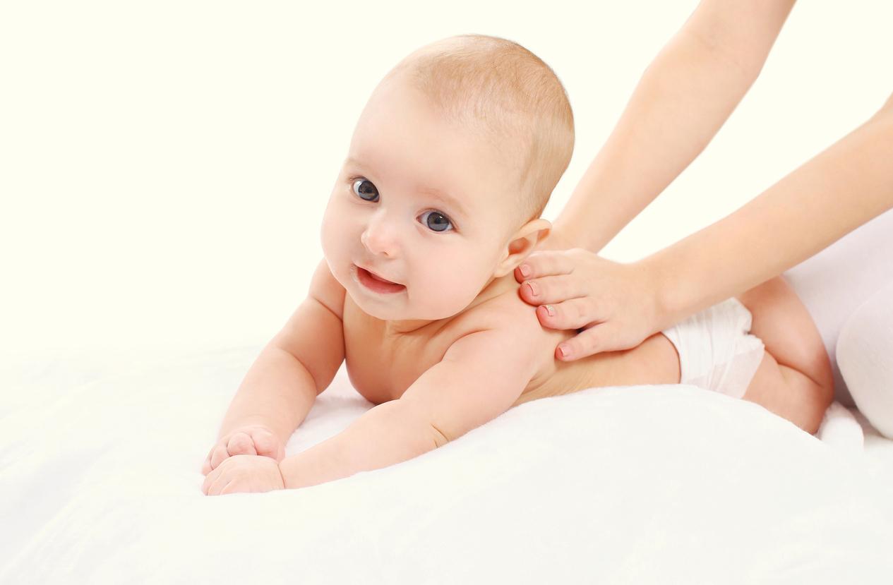 En baby som får massasje. Her finner babyshower gavetips.