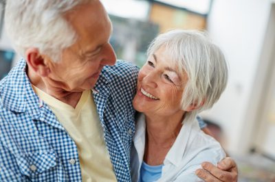 Eldre par som holder kjærlig rundt hverandre. Gi en perfekt gave til besteforeldre.