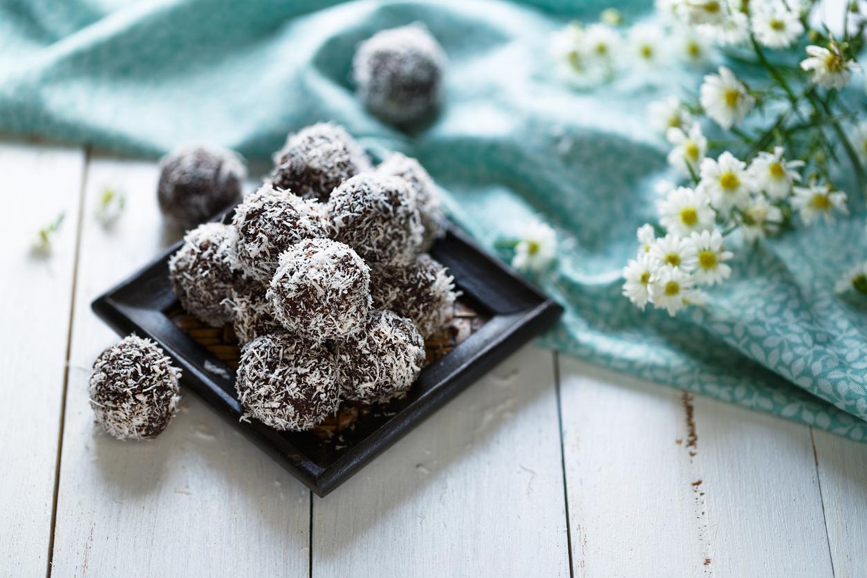 Sunne sjokoladeboller på et fat dekorert med blomster. Et unikt babyshower gavetips