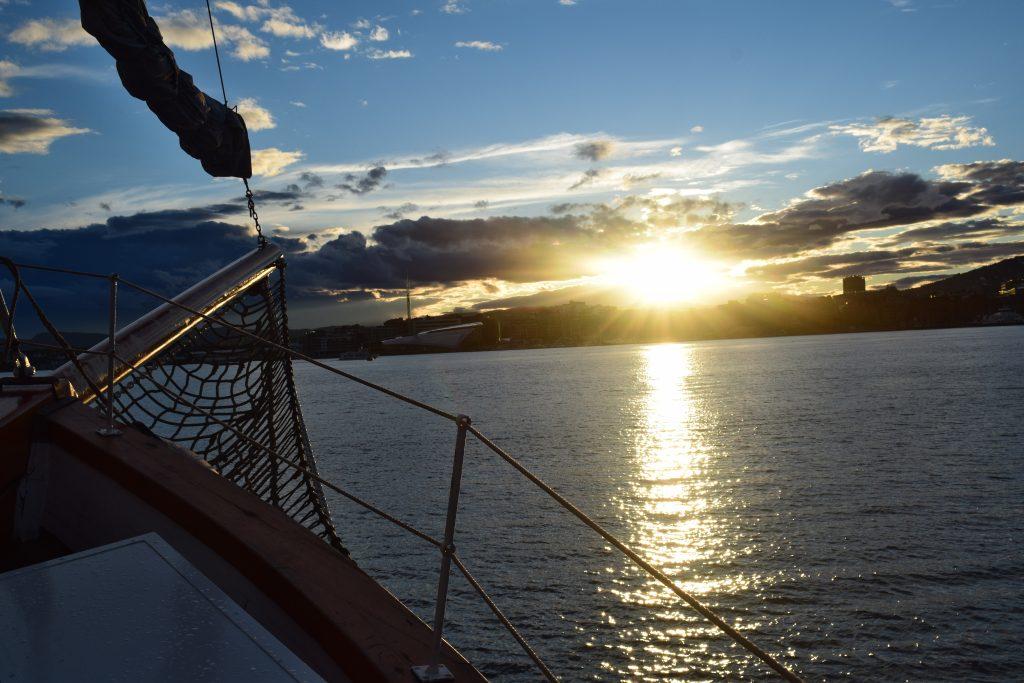 Oslofjorden badet i sollys ved solnedgang. Anbefalte aktiviteter i Oslo? Fjordcruise med rekebuffet er en sikker vinner.