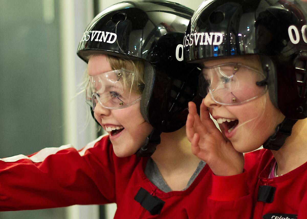 Barn med hjelm som skal fly i vindtunnel. Aktiviteter i Bergen for barn finner du her.