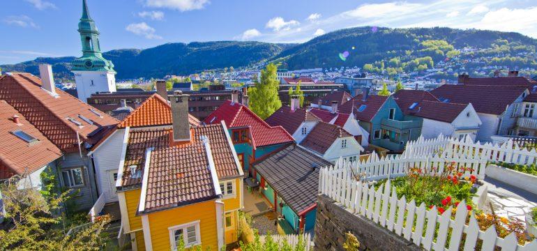 Fargerike hus i Bergen. Aktiviteter i Bergen for barn finner du her.