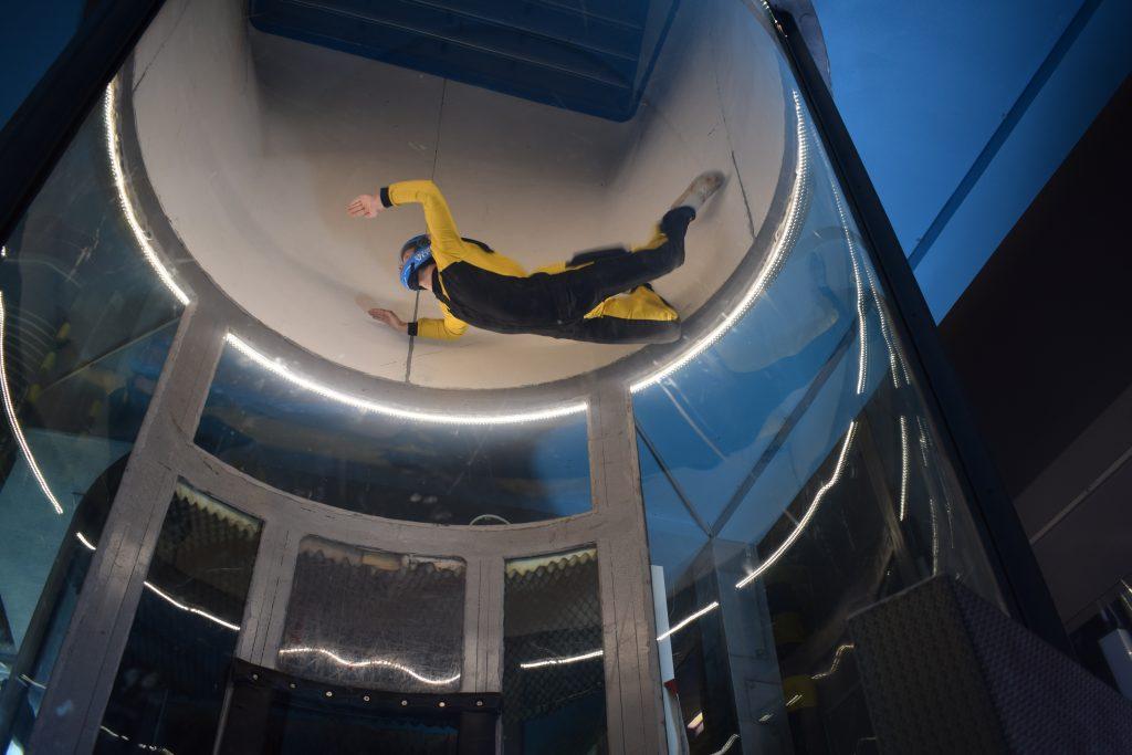 En ung gutt som flyr i vindtunnel. Indoor Skydive er en super gave til den som har alt.
