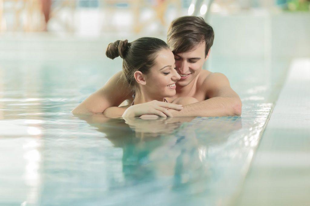 Et par som holder rundt hverandre i et basseng. Gi kjæresten en spadag med lunsj. Hva skal jeg gi kjæresten min til bursdag?