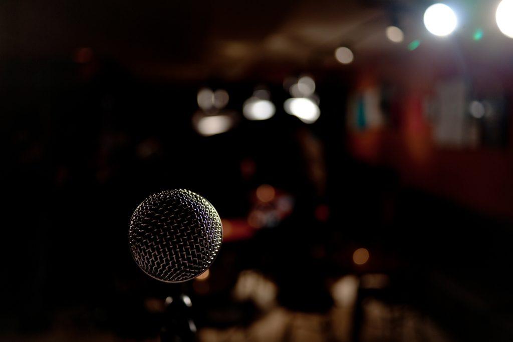 Mikrofon på en stand up scene. En gave til sønn som garantert vil settes pris på.