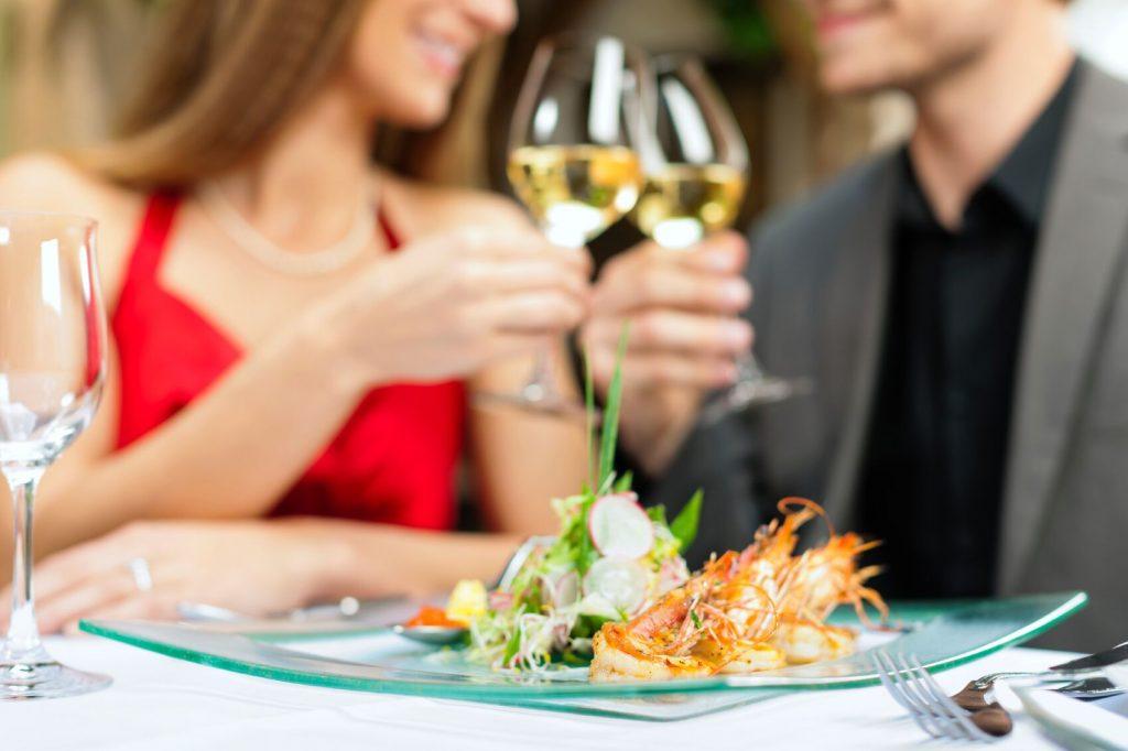 Par som nyter et deilig måltid sammen. hva skal jeg gi kjæresten min til bursdag? Gi bort en flott matopplevelse.