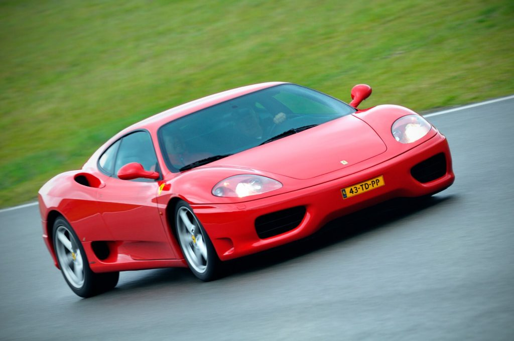 En rød supersportsbil på bane. En gave til sønn som vil huskes for livet!