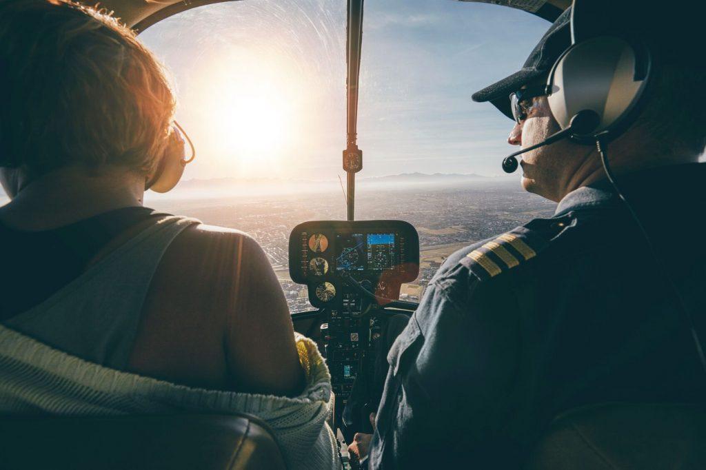 Et par som flyr i helikopter med flott utsikt. Hva skal jeg gi kjæresten min til bursdag? Gi bort en helikoptertur over din by.